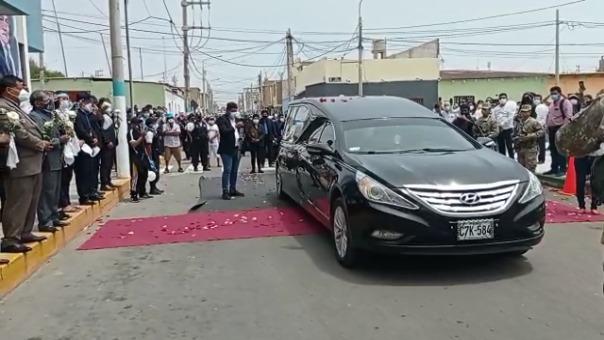 El féretro del alcalde recorrió diversas calles de su distrito y recibió diversos homenajes.