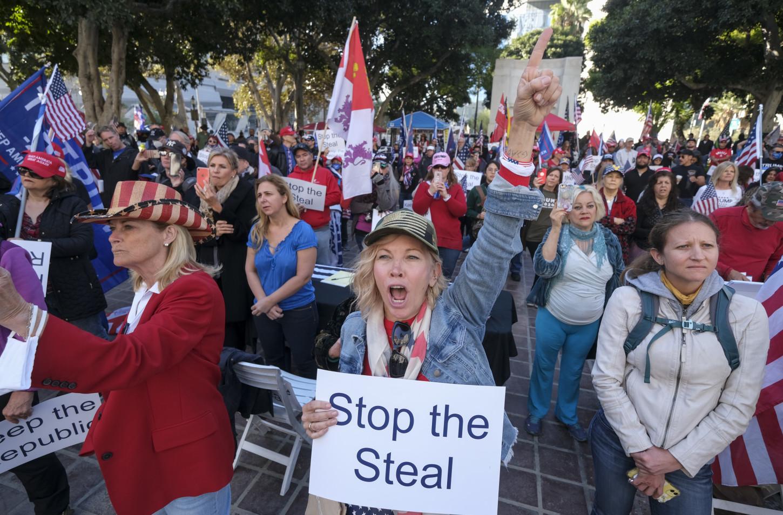 Cientos de simpatizantes del aún presidente Donald Trump se hicieron presente en el Capitolio del país para manifestarse en contra de la victoria de Jzoe Biden.