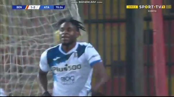 Duván Zapata convirtió el 1-3 de Atalanta sobre Benevento