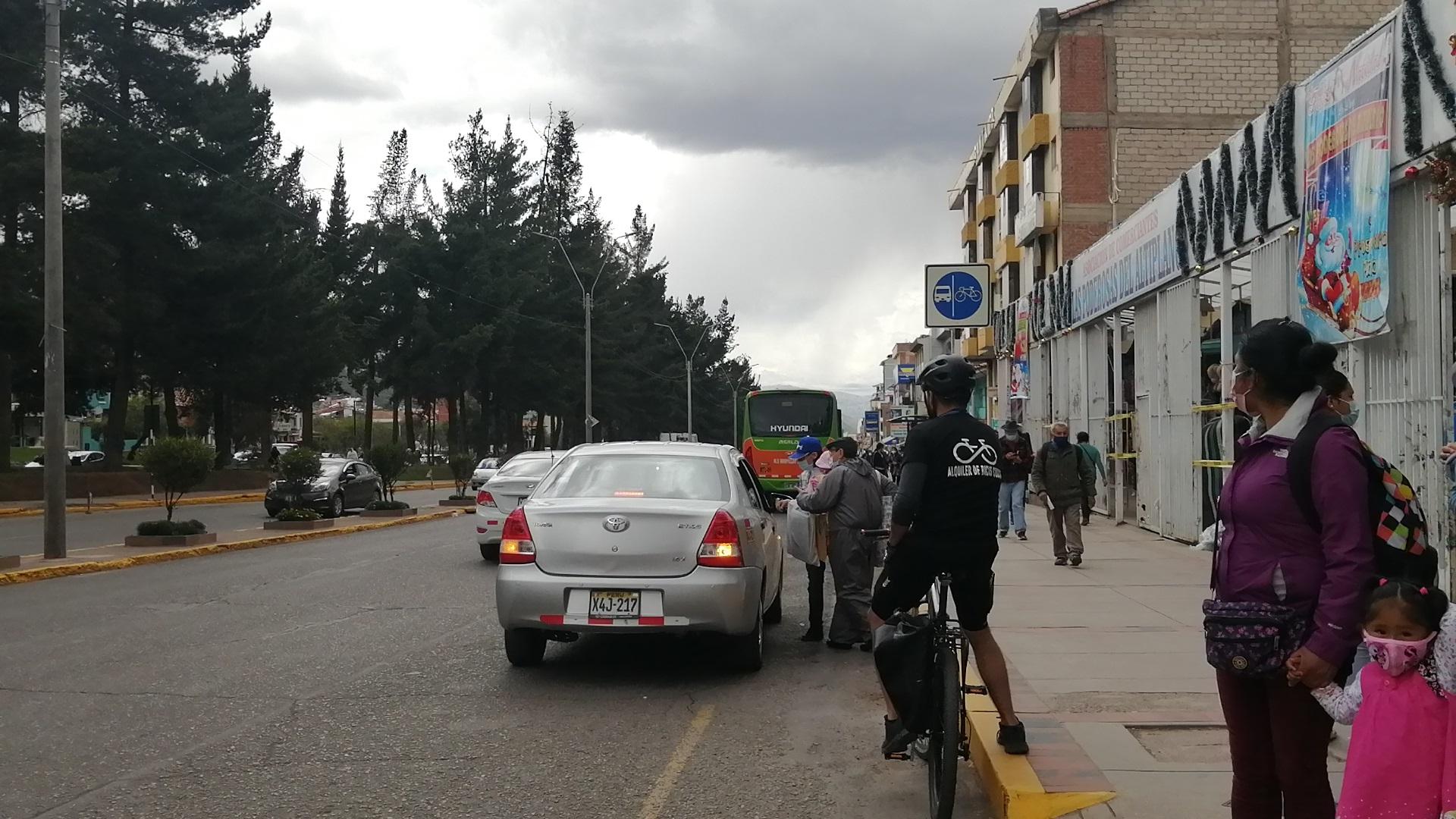 Ciclistas tienen que pausar su recorrido por invasión de taxis en la ciclovía de la Av. La Cultura, Cusco.