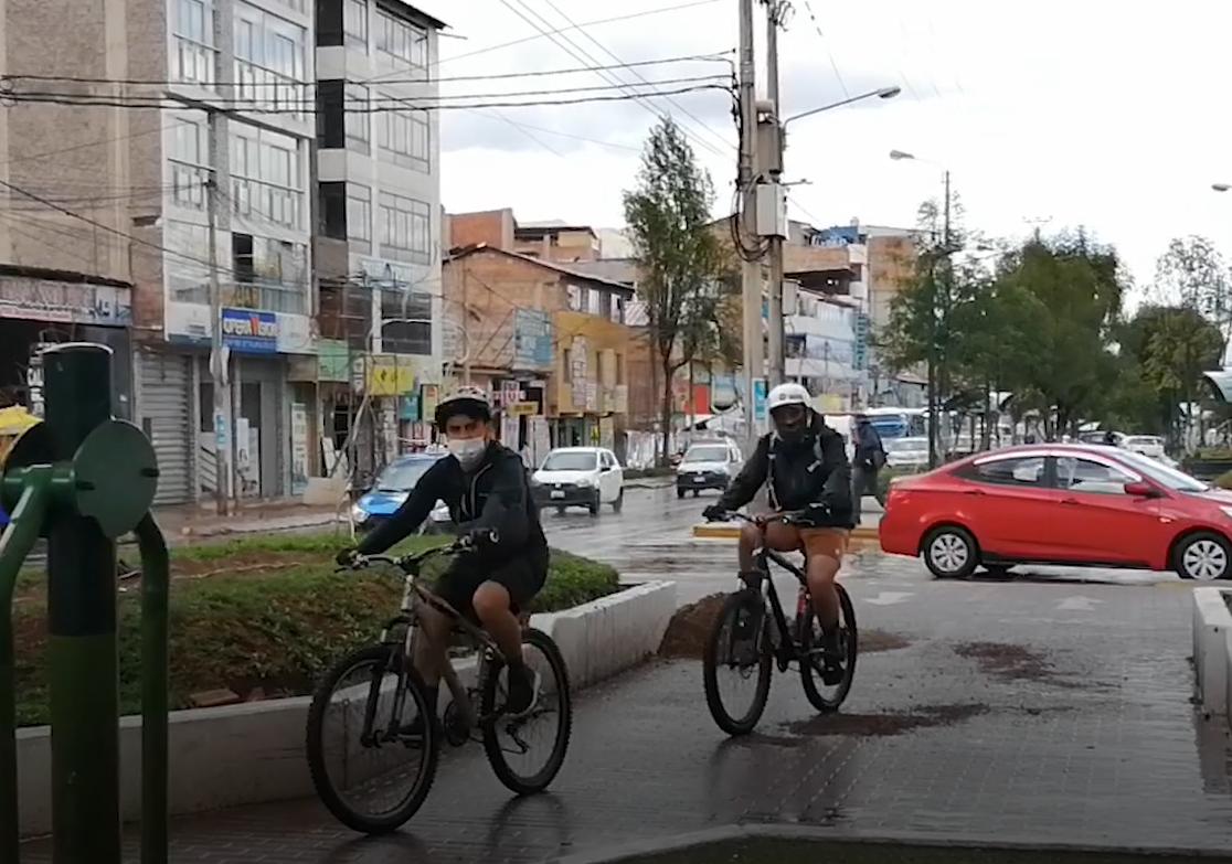 Ciclistas aprovechan el boulevard de la Av. La Cultura en Cusco para transitar.