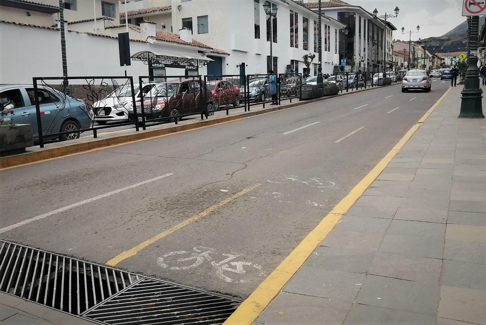 En la Av. El Sol se ha pintado un ciclocarril para que puedan transitar los ciclistas. Sin embargo, no es totalmente seguro.