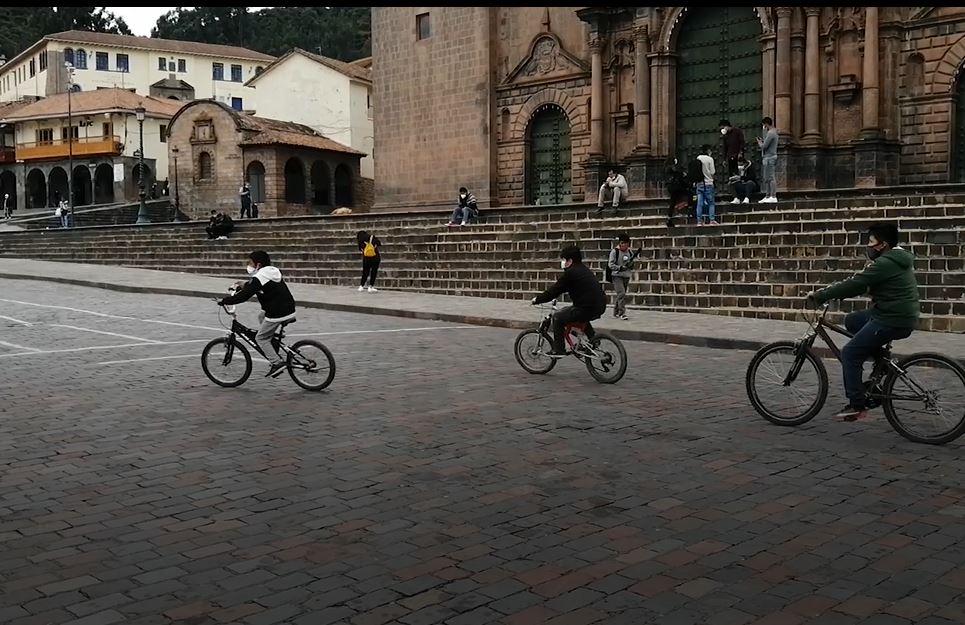 En las alamedas y plazas cusqueñas es común ver a gente de toda edad montando bicicleta, incluso a los más pequeños.