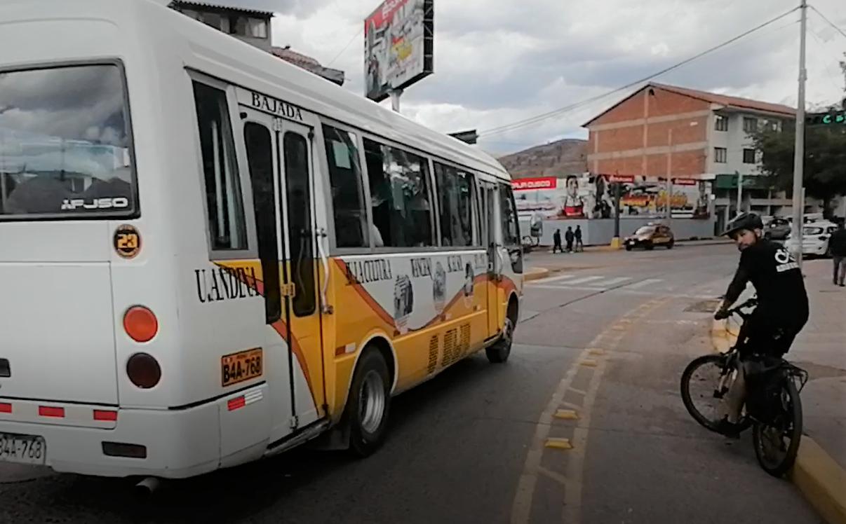 En el Óvalo Garcilaso en el límite entre Cusco y Wanchaq, es difícl cruzar hacia la avenida principal.
