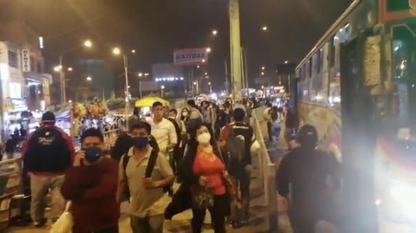 Paraderos lucen abarrotados de gente que espera abordar un bus en la Panamericana Norte.