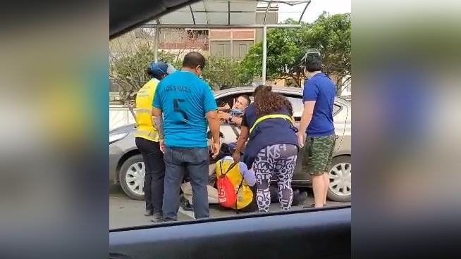 Taxi colectivo atropella a controladora