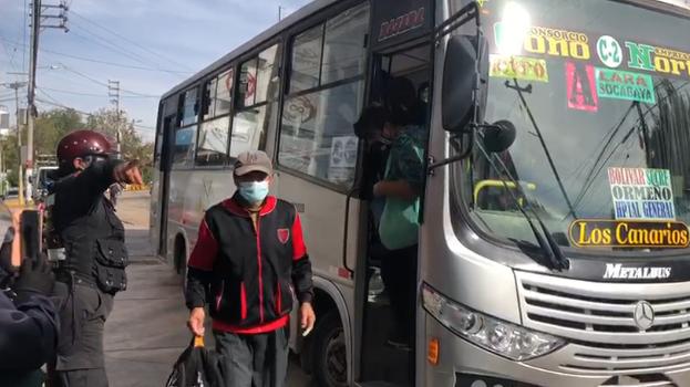 Pasajeros fueron obligados a bajar de unidades de servicio público por no llevar protector facial.