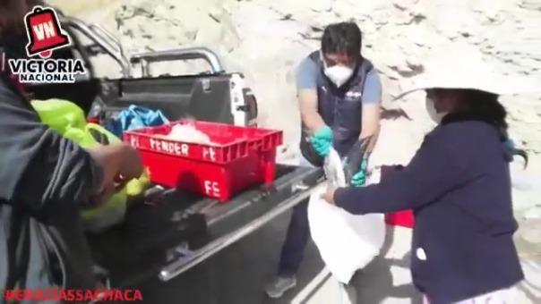 En el video publicado en sus redes sociales, se ve cómo el candidato entrega pescados a una pobladora en el distrito de Sachaca.