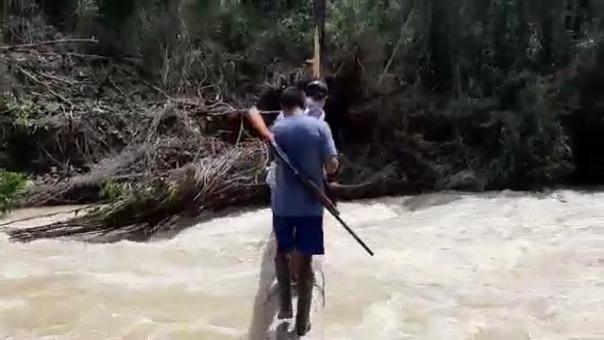 Los comuneros deben arriesgar sus vidas para poder cruzar el río y comercializar sus productos.