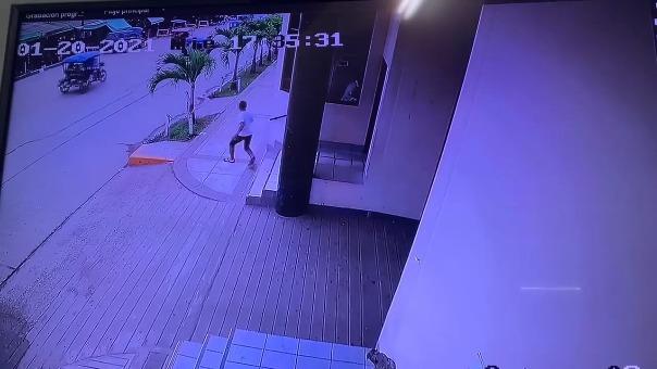 Imágenes muestran cómo el acusado sale corriendo de la sede de la Corte Superior de Justicia de Ucayali.