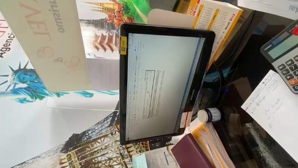Agentes de la Policía intervienen la agencia de viajes en donde se expedían estos certificados falsos de pruebas de COVID-19.