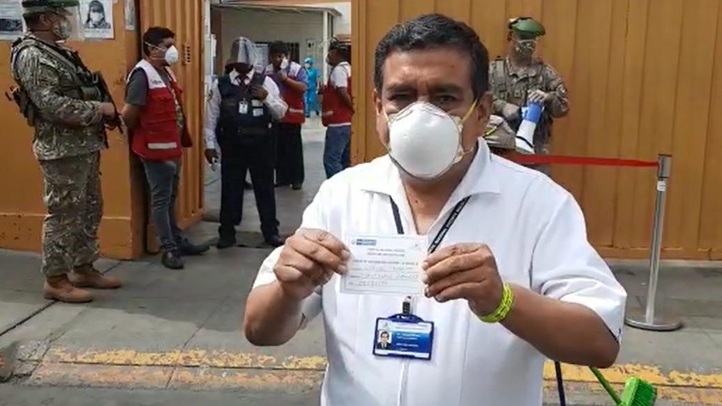 El director del Hospital Nacional Docente Madre Niño San Bartolomé, Carlos Santillán, muestra su constancia y brazalete de vacunación.