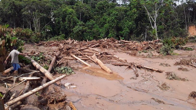 Doce puentes y siete kilómetros de carretera quedaron inhabilitadas en Santa Rosa de Alto Yanajanca, tras los huaicos.