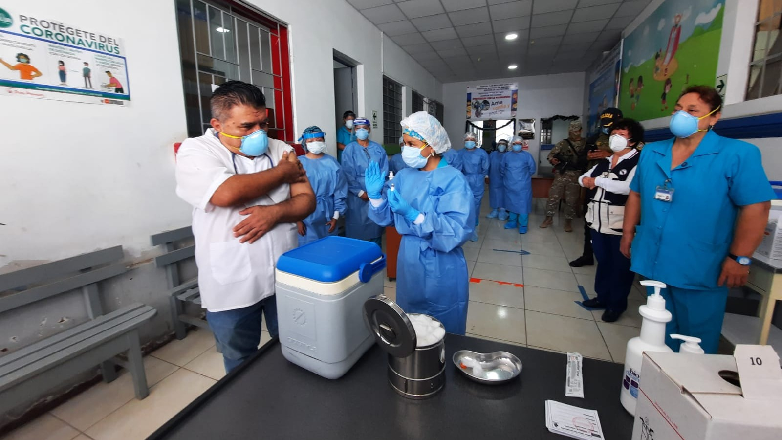 Momento en que es vacunado Elmer Delgado Senmache, director del Hospital Las Mercedes, quien dijo que no ha cometido ninguna irregularidad al recibir la dosis sin estar en la nómina.