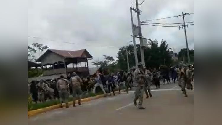 Al superar en número el control policial peruano, los migrantes cruzaron el puente fronterizo Integración.