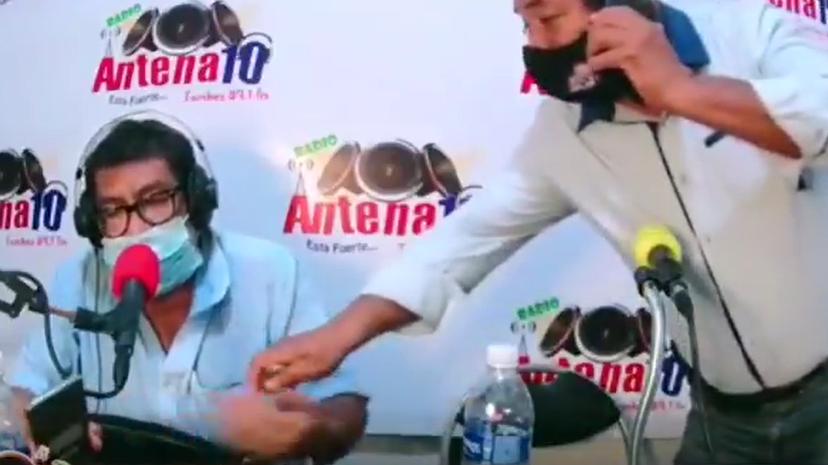Video muestra a candidato al Congreso dar supuesto dinero a conductor radial.