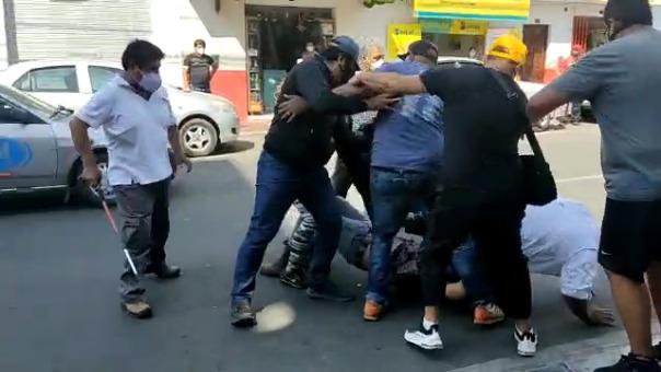 Video grabado por transeúnte muestra como candidato al Congreso se agarró a golpes en el suelo con otra personas hasta que fueron separados.