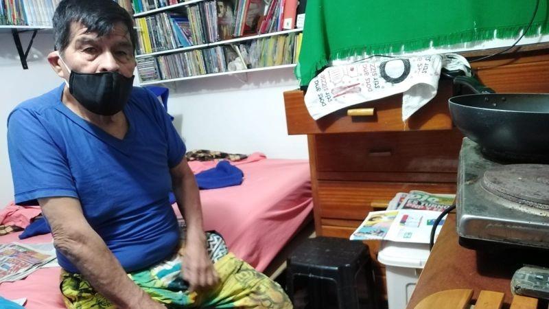 Pedro Villena Pérez está endeudado y teme que lo desalojen del cuarto que alquila.