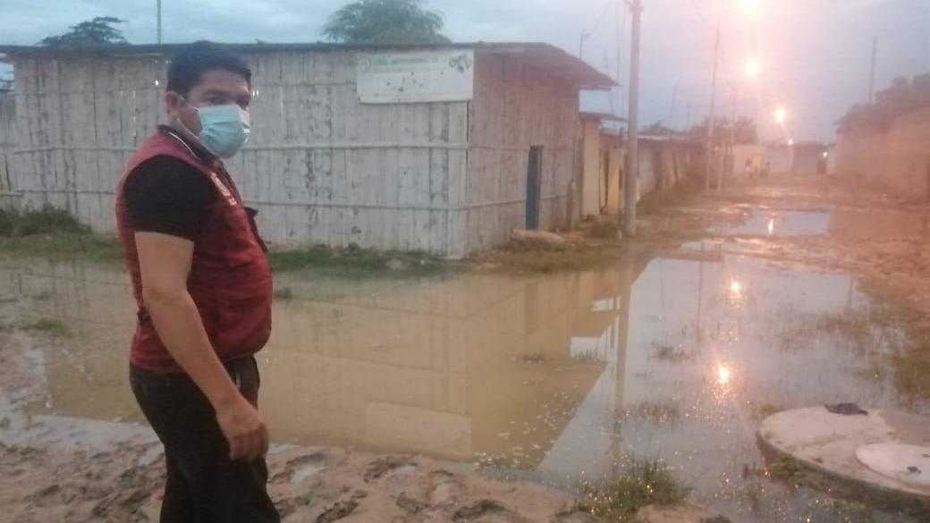Subprefecto visitó las zonas afectadas donde la población pide la ayuda para evacuar las aguas estancadas que son un foco infeccioso para la proliferación del dengue.