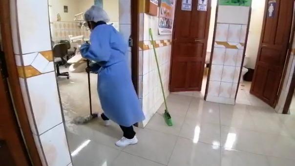 Al no tener suficientes trapeadores, el personal de salud usó mandilones para tratar de secar el piso de los ambientes inundados.