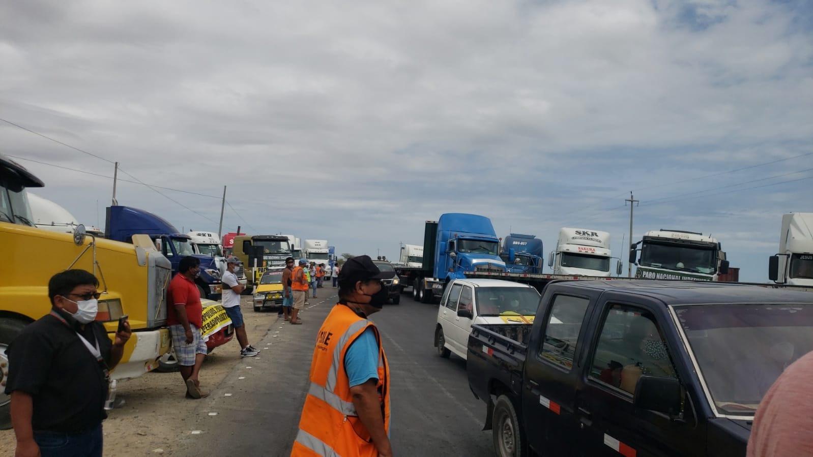 Más de 600 camiones paralizados por paro de transportistas en Piura.