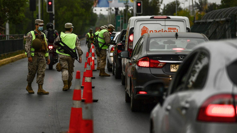 Soldados detienen a conductores en un retén de Santiago en medio de un encierro en nueve comunas de la ciudad en la lucha contra la propagación del COVID-19.