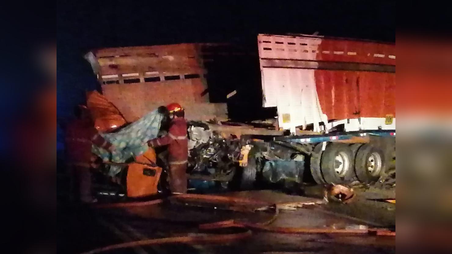 Dos conductores fallecieron tras choque e incendio de sus vehículos en Nuevo Chimbote.