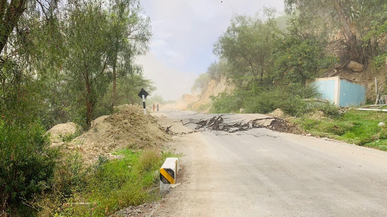 El deslizamiento provocó destrucción de la carretera.
