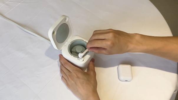 La lavadora Cardlax puede limpiar tus audífonos sin muchas complicaciones.