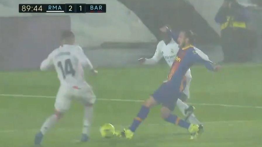 Así fue la tarjeta roja a Casemiro en Real Madrid contra Barcelona.