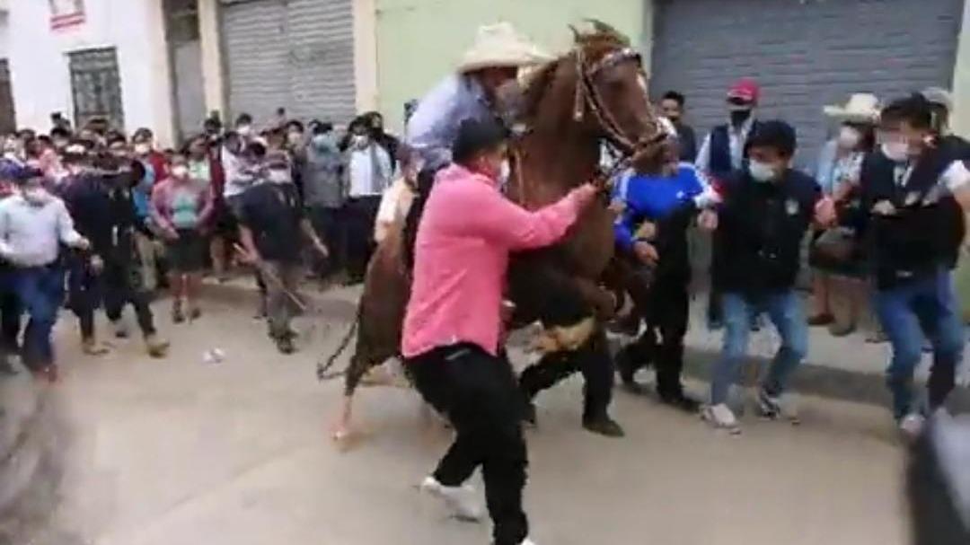Pedro Castillo acudió a votar montado en caballo pero ocurrió un incómodo incidente.