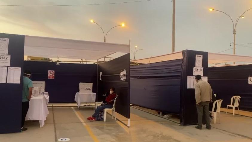 Problemas de energía eléctrica dentro de carpas de votación en el Parque Italia del Callao.