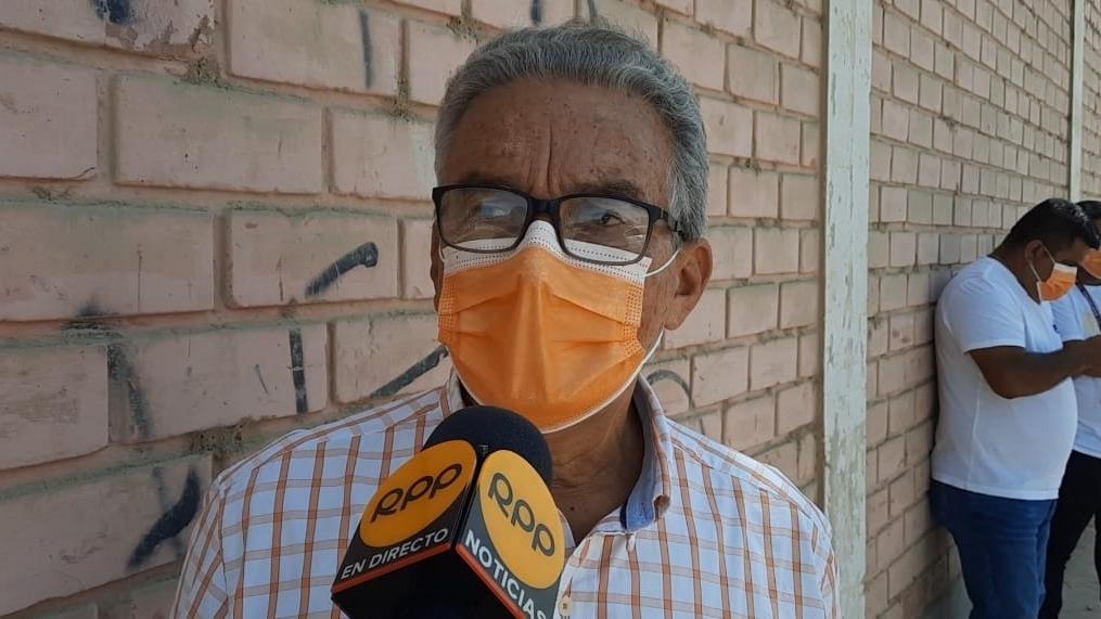 Al candidato Alejandro Aguinaga le fue permitido votar con mascarilla color naranja.