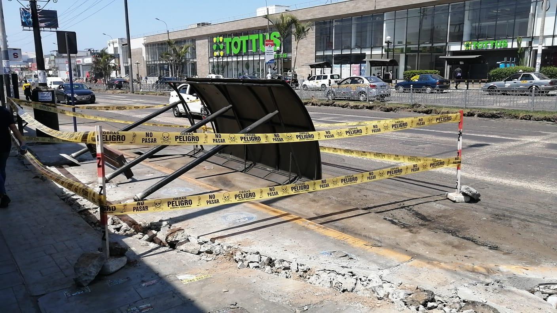 Joven  herido tras caerle el techo de un paradero de transporte