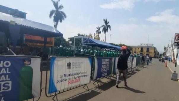 Las dos plantas de oxígeno recargan unos 300 balones por día en la plaza de armas de Trujillo.