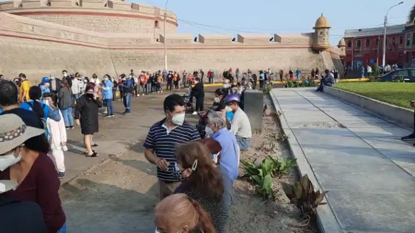 Adultos mayores hacen largas filas para ser vacunados en la fortaleza de Real Felipe.