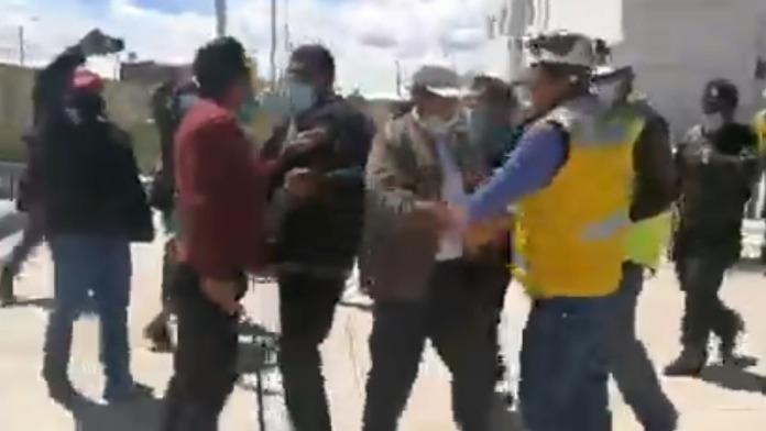 Con una correa, el dirigente intentó azotar más de una vez al funcionario del Gobierno Regional de Puno.