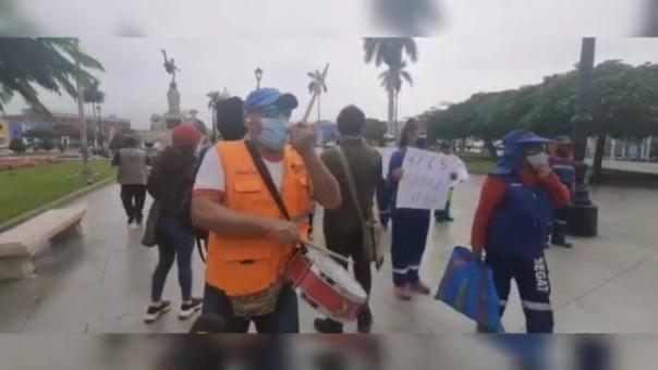 Trabajadores municipales reclamaron al ministro de Transportes, Eduardo Gonzales, por la falta de vacunas