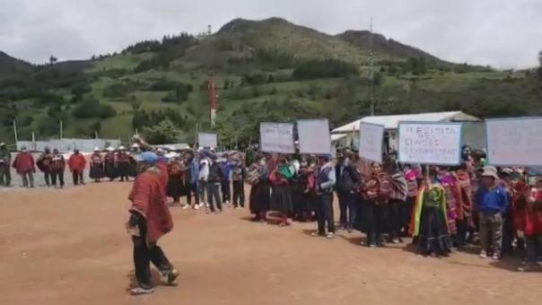 En Totora, los padres de familia y escolares piden inicio de clases semipresenciales debido a la falta de conectividad.