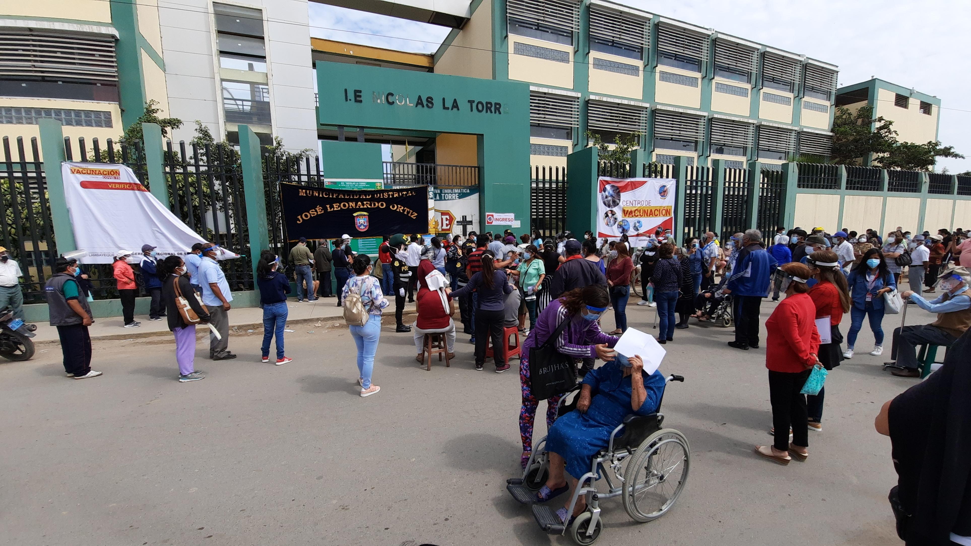 Policías tuvieron que cerrar las calles aledañas al colegio para permitir que los adultos mayores formen filas en la pista.