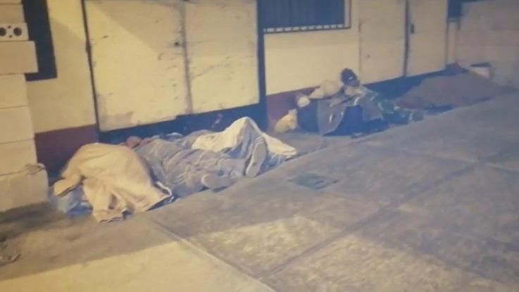 Familias desalojadas de 'Lomo de Corvina' duermen en las calles de Villa El Salvador