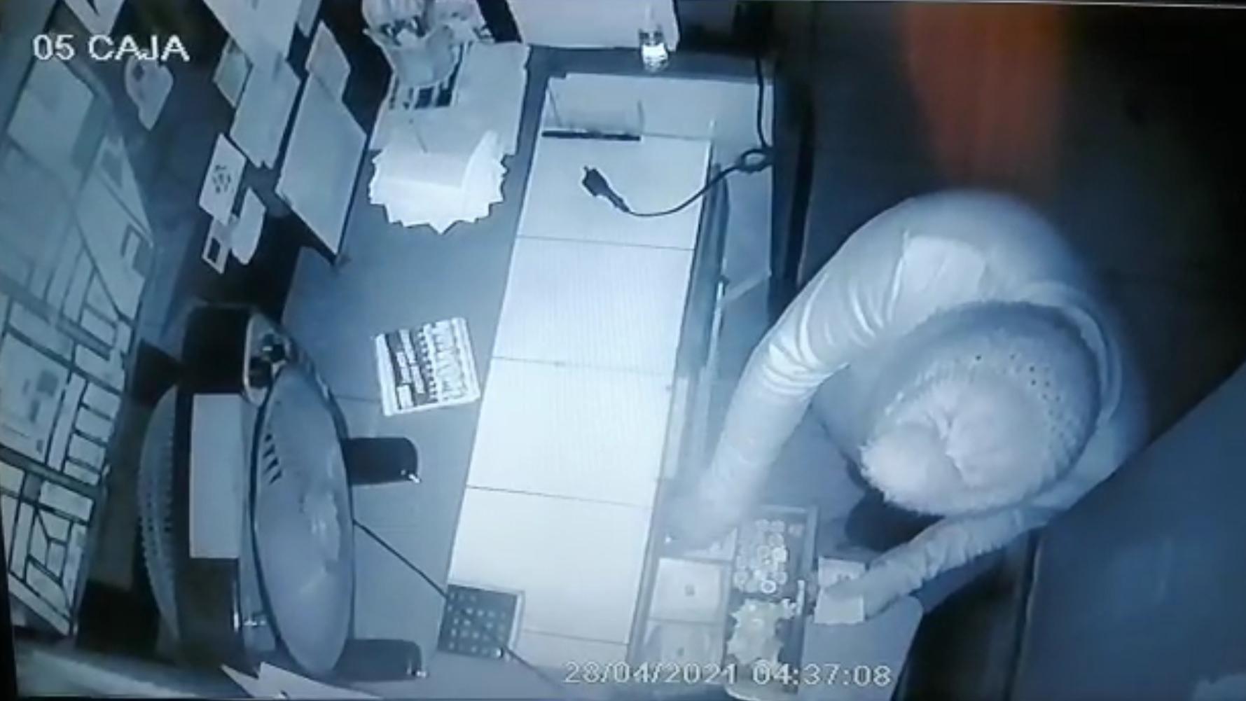 Los ladrones se llevaron aproximadamente 5 mil soles en el asalto.