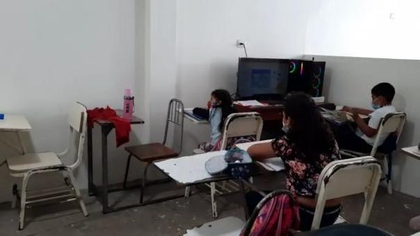 Se encontraron pequeños grupos de escolares recibiendo clases sin mascarilla ni distanciamiento e incumpliendo con las normas sanitarias por la COVID-19.