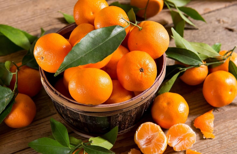 Lasfrutas, principalmente por estacionalidad, registraron precios a la baja. Así bajaron los cítricos: La mandarina -11,4%, el limón -11,1%, la maracuyá -6,7%, la uva negra -4,8%, la papaya -3,9%, la chirimoya -3,8%, y la piña -3,0%.