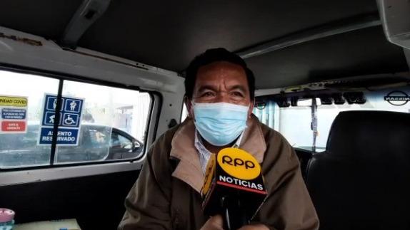 Jorge Luis Hernán, hijo de la señora Carmen Talledo, dijo que hoy decidió no trabajar y madrugó para llevar a su madre a vacunarse.