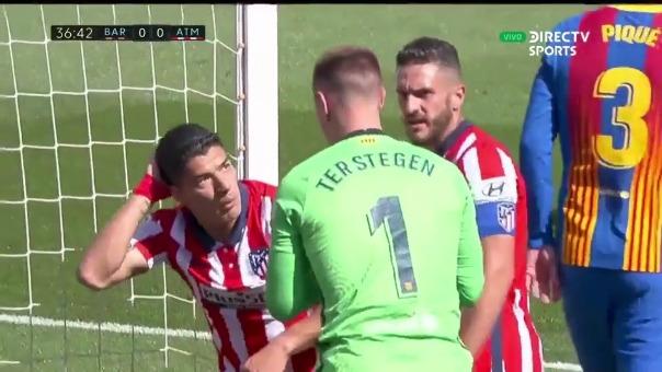 Cruce entre Ter Stegen y Luis Suárez en el Camp Nou