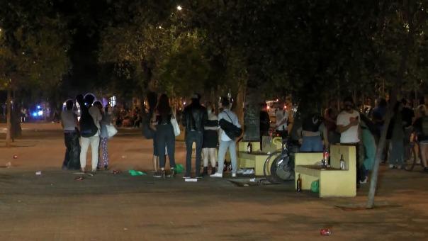 La primera noche sin estado de alarma y toque de queda en Madrid ha sido una multitudinaria celebración de miles de jóvenes bebiendo y bailando en las calles