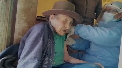 Tras ser vacunado, Ambrosio Rojas, de 68 años, pidió al personal acudir a su casa para inmunizar a su madre de 101 años.