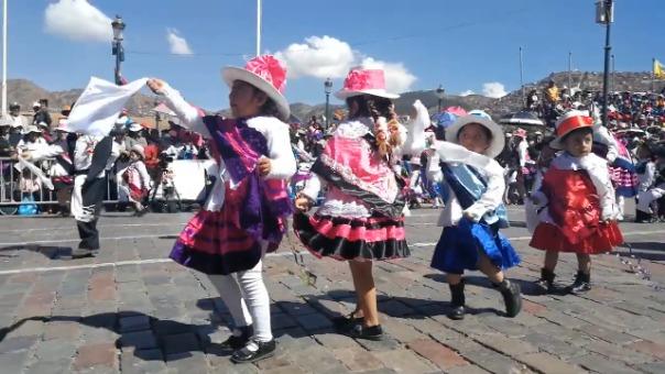 Niños el nivel inicial bailando el carnaval cusqueño durante el desfile folclórico realizado durante las fiestas del Cusco en la plaza mayor de la ciudad.