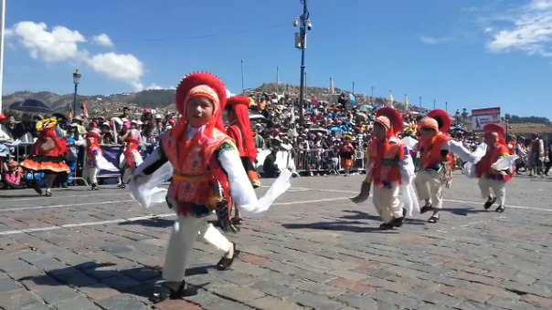 Niños del nivel inicial bailan una danza tradicional de Cusco durante sus fiestas jubilares en junio de 2019.
